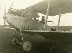 Max Holzinger in seinem Flugzeug