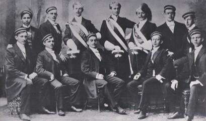 Gründungsjahrgang der Abitura 1901 - darunter Benno Berneis (stehend, ganz li.)